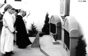 Pater Gottfried segnet das Ehrenmal