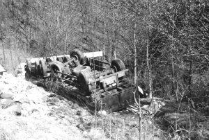 umgekippter Lastzug an der Autobahnböschung